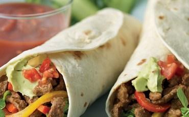 1.-burrito-geserveerd-met-guacamole-en-verse-groenten.jpg